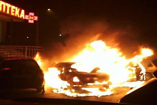 За 30 секунд повністю згорів! У Києві моментально спалахнув автомобіль, що ж трапилося?