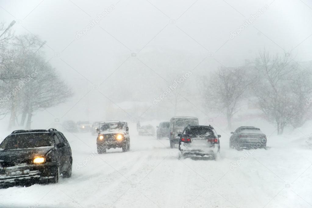 Дощі, мокрий сніг та слизькі дороги: Синоптики оголосили штормове попередження