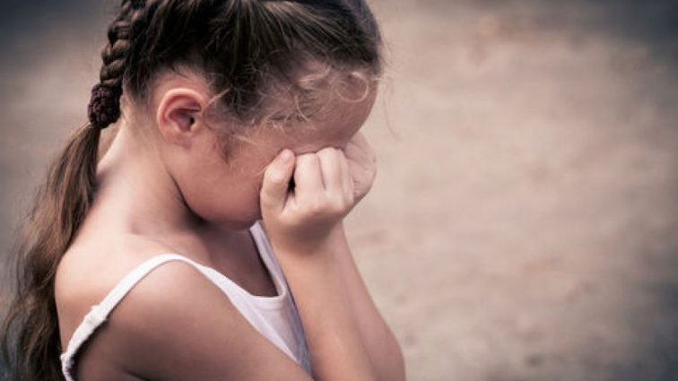 Чоловік згвалтував маленьку дівчинку, поки мама спала поряд