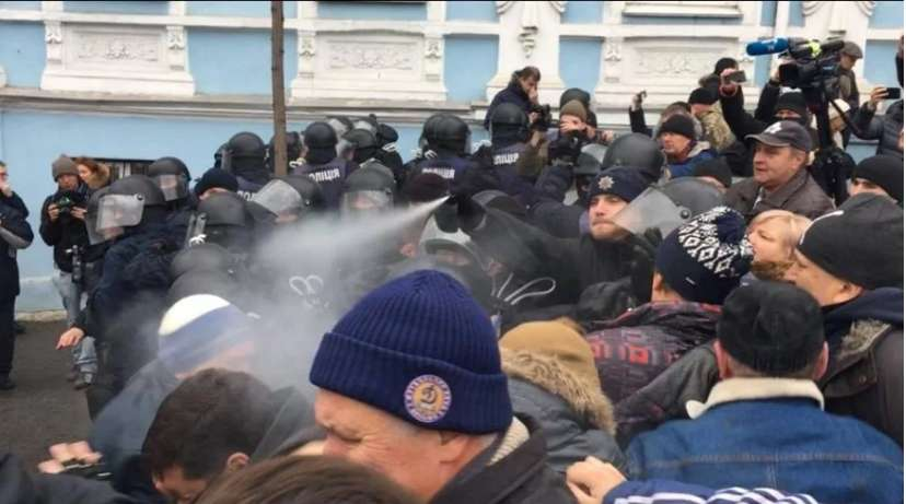 Справжній хаос! В центрі Києва розпочалася масштабна бійка, є постраждалі. Дізнайтеся, що ж там коїться