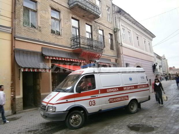 Будьте обережними! У Львові відвалився шматок будинку і впав на дівчину