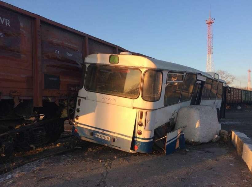 На Одещині поїзд протаранив автобус з людьми, є постраждалі
