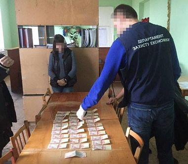 """""""Систематично вимагала неправомірну вигоду від старост"""": На Луганщині правоохоронці затримали хабарницю"""