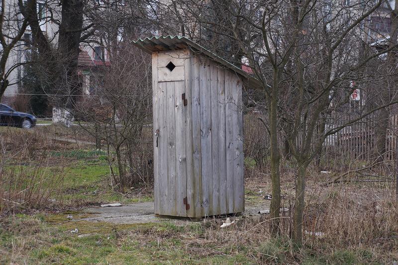 """""""Викинула у вигрібну яму"""": Жінка народила дитину просто в сільському туалеті і позбулася її"""