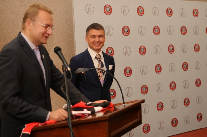 Здогадайтесь кому належить фірма? Садовий заявив про борг за придбані напередодні «Євро-2012» аварійні автобуси «ЛАЗ»