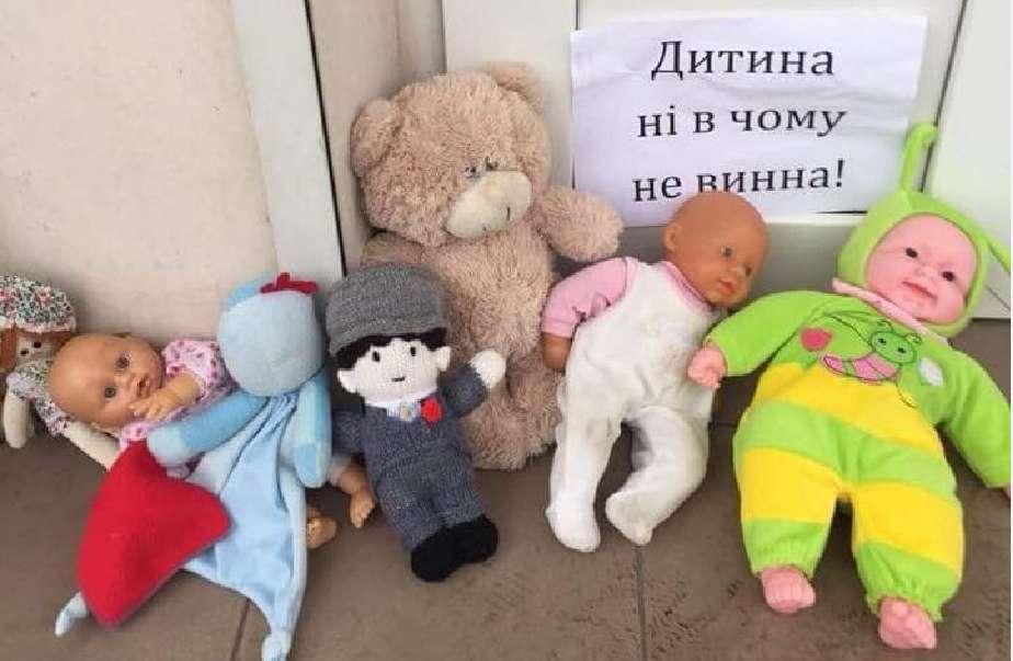 """Вирішили показати зуби: Тітушки від московського патріархату побили ветеранів АТО, учасників акції """"ПринесиЛяльку"""""""