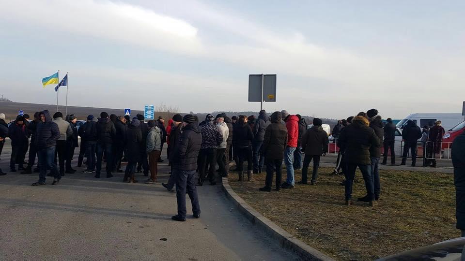"""""""Дозволяють проїхати лише автомобілям з маленькими дітьми…"""": Західний кордон повністю перекритий (ФОТО)"""