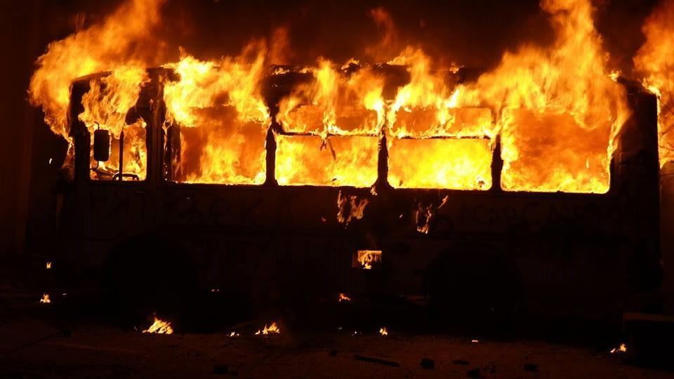 Пасажири грілись паяльною лампою, а потім: 52 людини загинули в палаючому автобусі