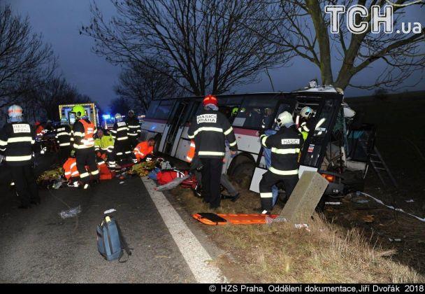 """""""Троє загиблих і майже півсотні поранених"""": Пасажирський автобус зіткнувся з автомобілем і вилетів у кювет (ФОТО)"""
