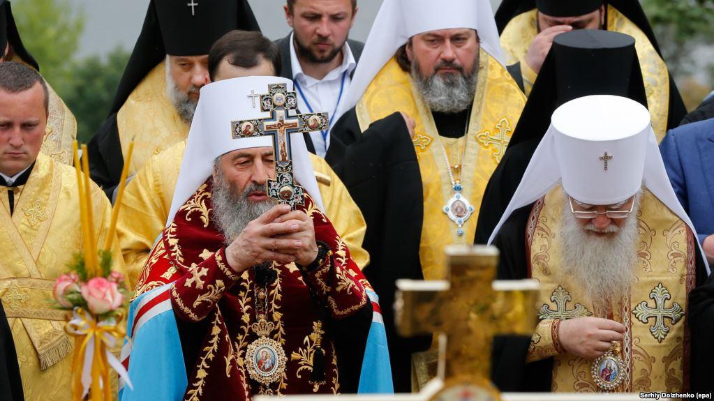 Війна конфесій? Священик УПЦ МП змусив відкопати небіжчика і перепоховати
