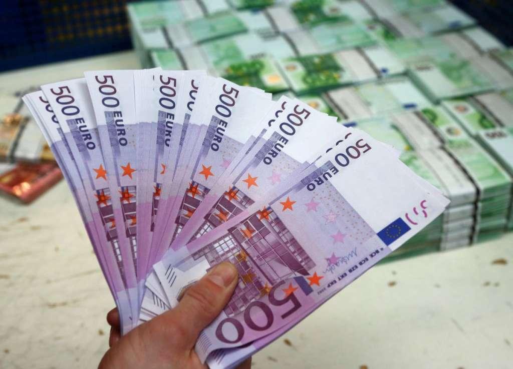 300 тыс. євро за ніч: Дівчина продає свою невинність на аукціоні, а все через…