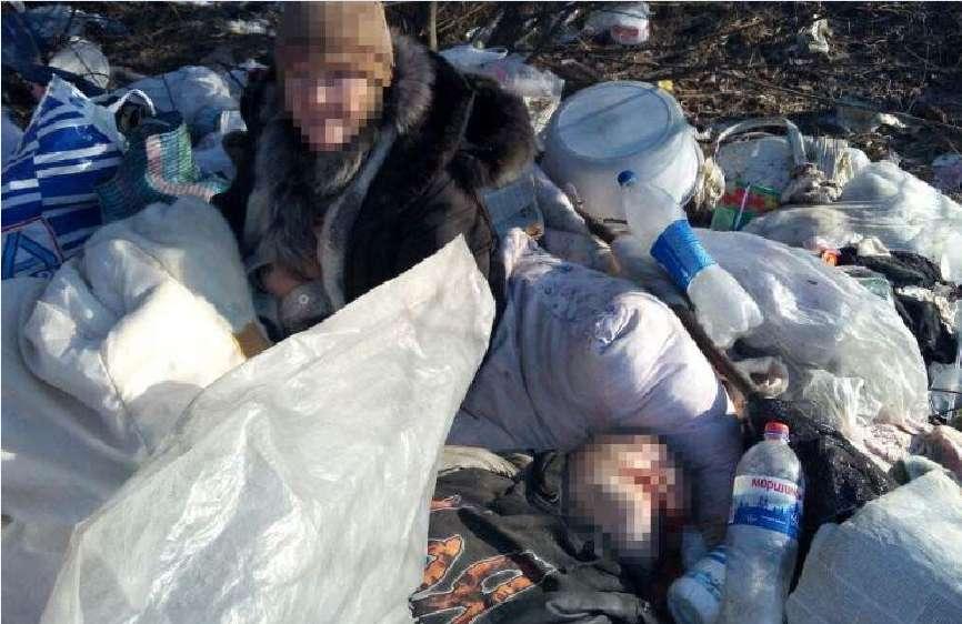У купі сміття три дні пролежало тіло, поряд весь цей час просиділа жінка, подробиці приголомшують