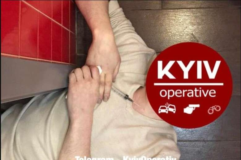 """""""Впав і не подає ознак життя"""": Чоловік помер від невідомого укола в туалеті піцерії"""