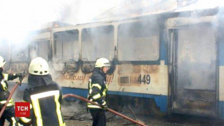 Стрибали через вікна! В Одесі трамвай загорівся просто під час руху