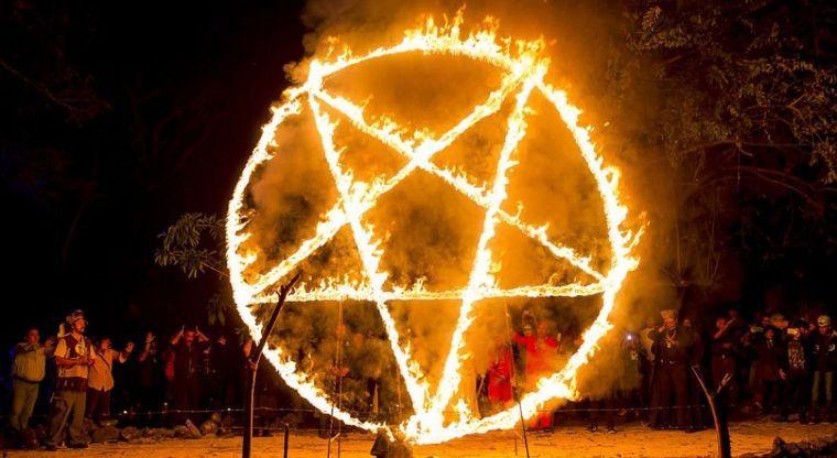 """""""Викрали труп немовляти з кладовища"""": Сатаністи влаштували страшний ритуал на Різдво"""
