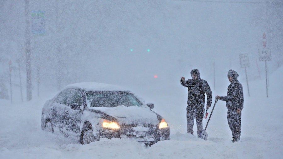 Негода насувається на Україну? В Європі через снігопад кілька тисяч автомобілів опинилися заблокованими