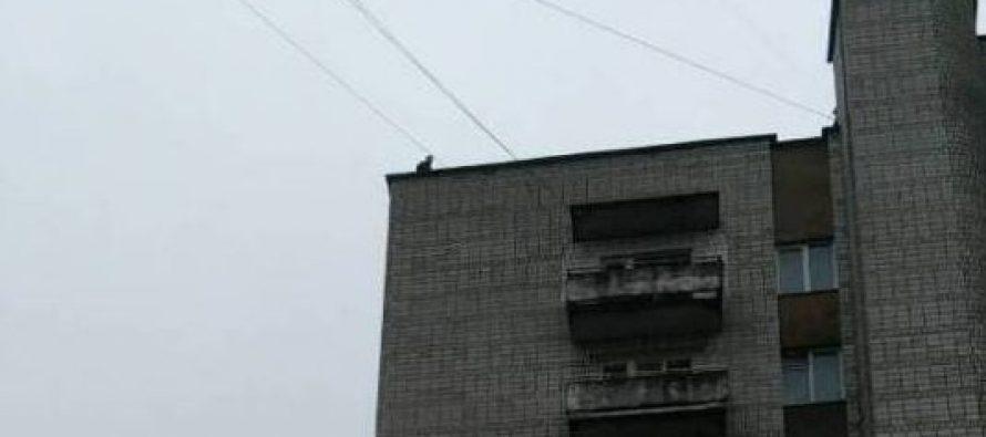 """""""Стоїть на краю"""": У Львові полісмени врятували юнака, який намагався стрибнути з даху"""