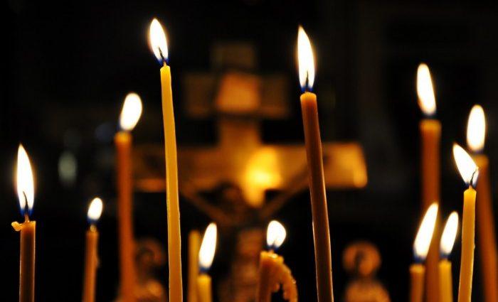 """""""Якщо ти так зробиш, то наведеш на себе порчу"""": Стало відомо як правильно ставити свічку в церкві, тільки не запалюйте її від іншої людини"""