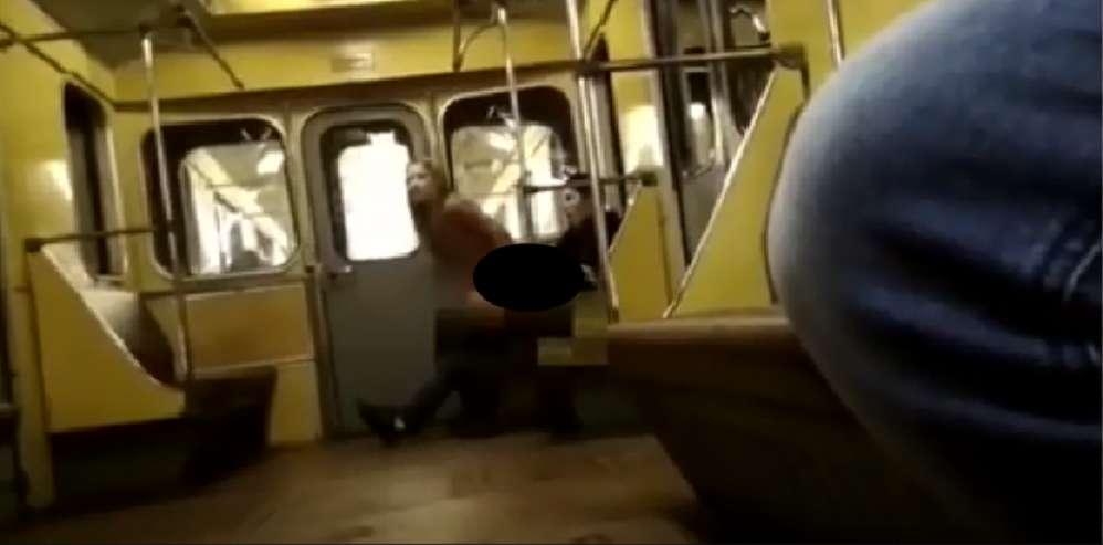 Змінили декілька поз поки … Пара зайнялася любов'ю прямо у вагоні метро при пасажирах (Відео +18)