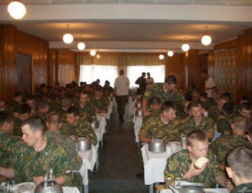 """""""Президент або в схемі, або його ніхто вже не боїться"""": Чому армію і досі продовжує """"годувати"""" людина Януковича"""
