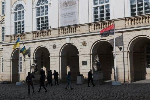 На флагштоці перед Львівською міськрадою вперше вивісили червоно-чорний прапор