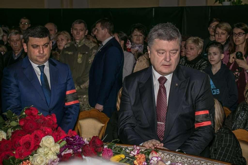 Порошенко і Гройсман зі сльозами на очах: Київ попрощався з великим українцем