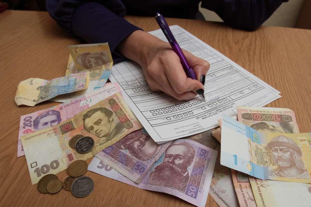 Податки для заробітчан: Скільки українцям доведеться заплатити державі