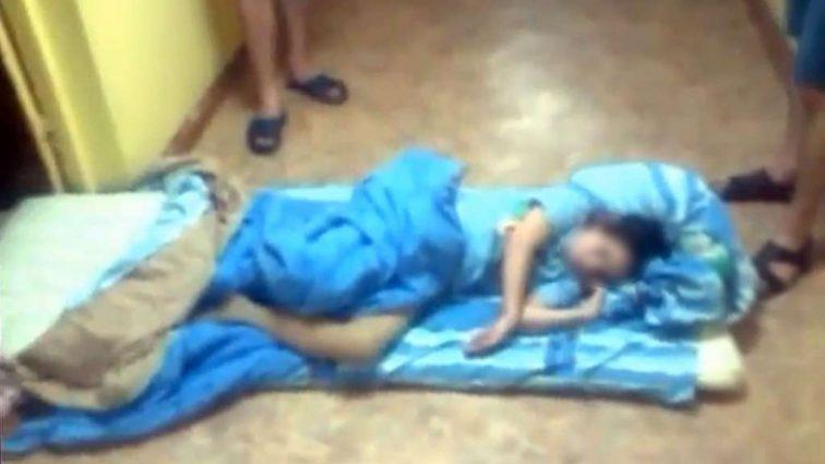 Замкнув в кімнаті маленьких дітей і морив їх голодом: Поліція вилучила маляток і виявила…