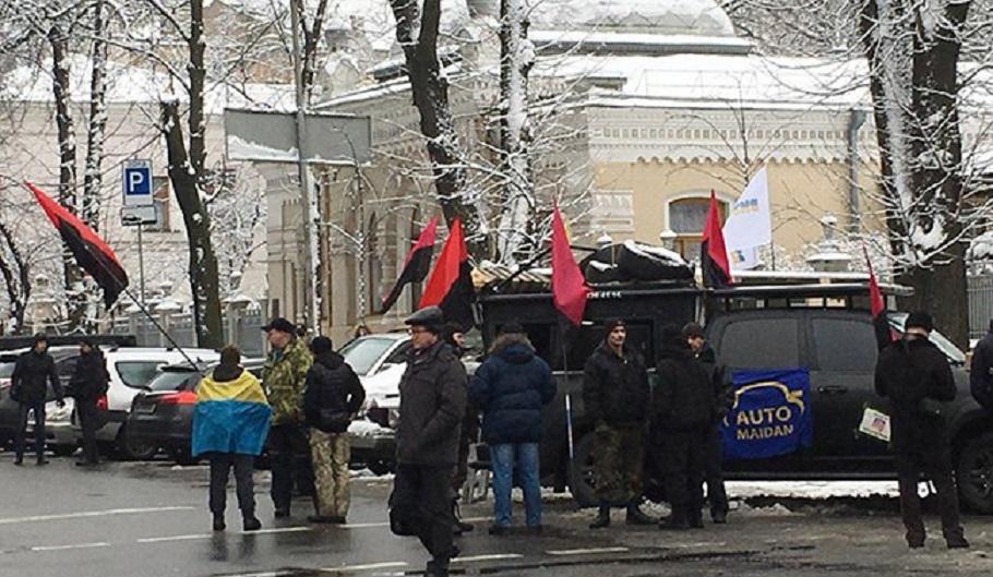 """""""Близько десятка автомобілів і…"""": До будинку Порошенка вирушила колона активістів"""
