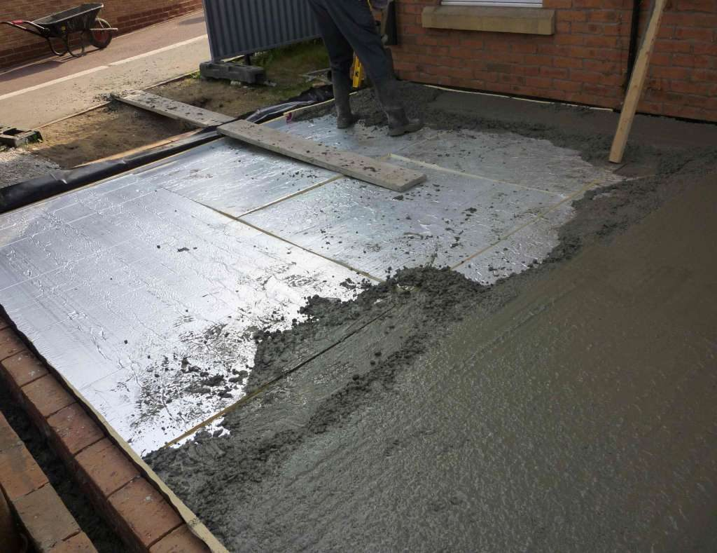 заливка бетонной стяжки в гараже
