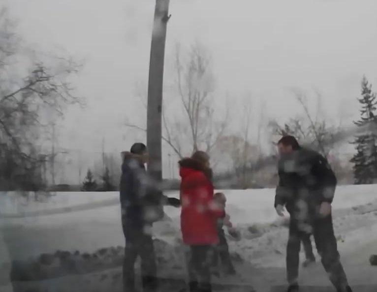 """""""С*ка, я тобі зараз голову зламаю"""":  В Києві чоловік жорстоко побив дружину і хотів запхати її в бак для сміття"""