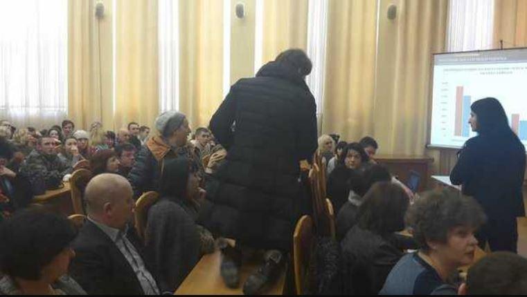 Гучний скандал в Києві: Чому під час сесії депутат повзала на колінах