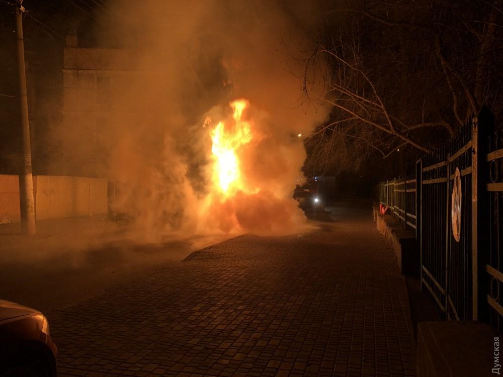 Від авто залишився лише каркас: В Одесі підпалили машину депутата від БПП (ВІДЕО)