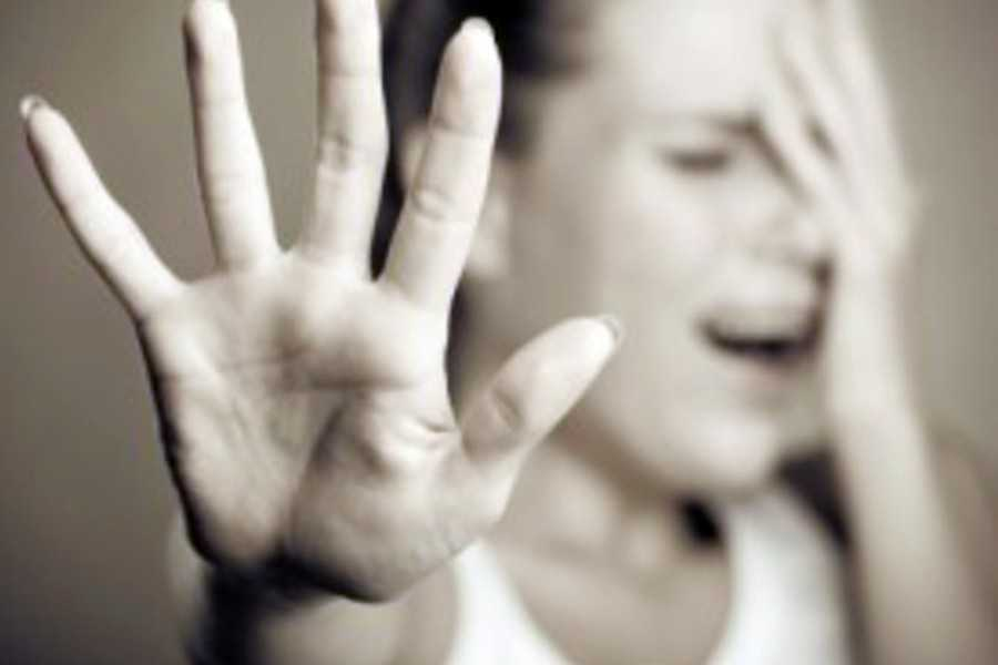 """""""Напоїла спиртним і закрила в номері…"""": Молода матір організувала зґвалтування своєї 16-річної доньки"""