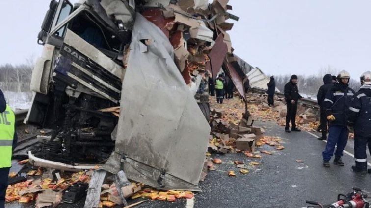 Битва за їжу: Росіяни влаштували мародерство на місці смертельної ДТП