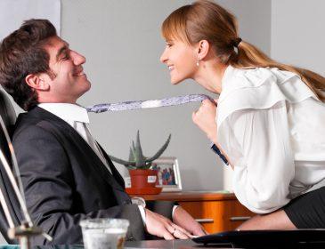 """""""Одразу після робочої наради"""": Начальник зайнявся коханням з підопічною у своєму кабінеті"""
