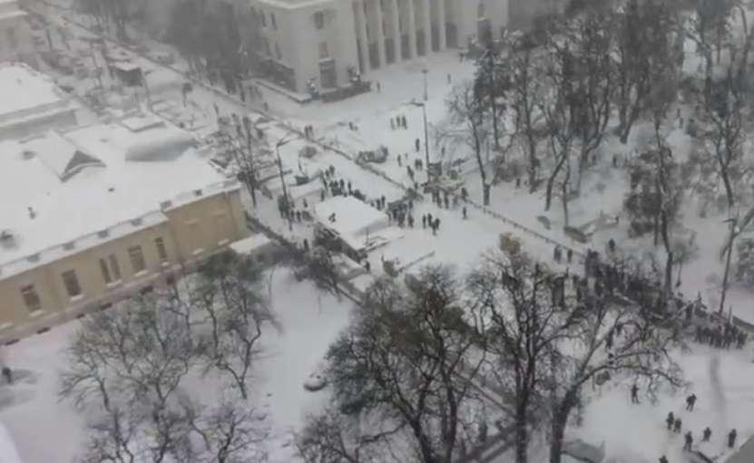"""""""Порошенко дав команду на зачистку …"""": Мітингувальники готові захищатися. Що відбувається під Верховною Радою"""
