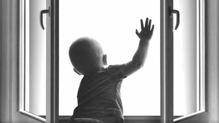 """""""Пролетів 6 поверхів і…"""": Піврічна дитина випала з вікна багатоповерхівки"""
