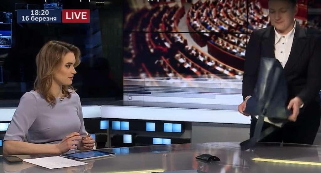 """""""Ще раз переконалися в тому, що …"""": Савченко в прямому ефірі вивалила на стіл вміст своєї сумки"""
