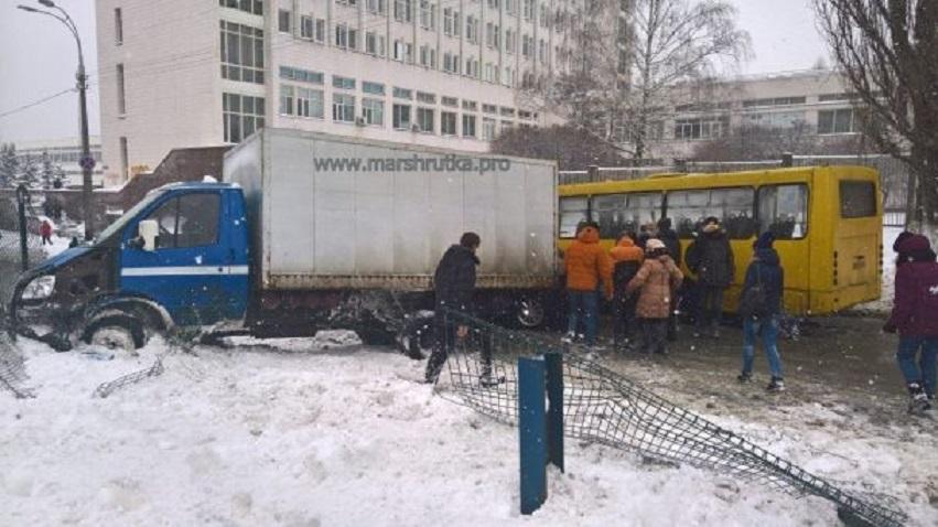 Масштабна ДТП на Київщині: Зіткнулися маршрутка, таксі та вантажівка.
