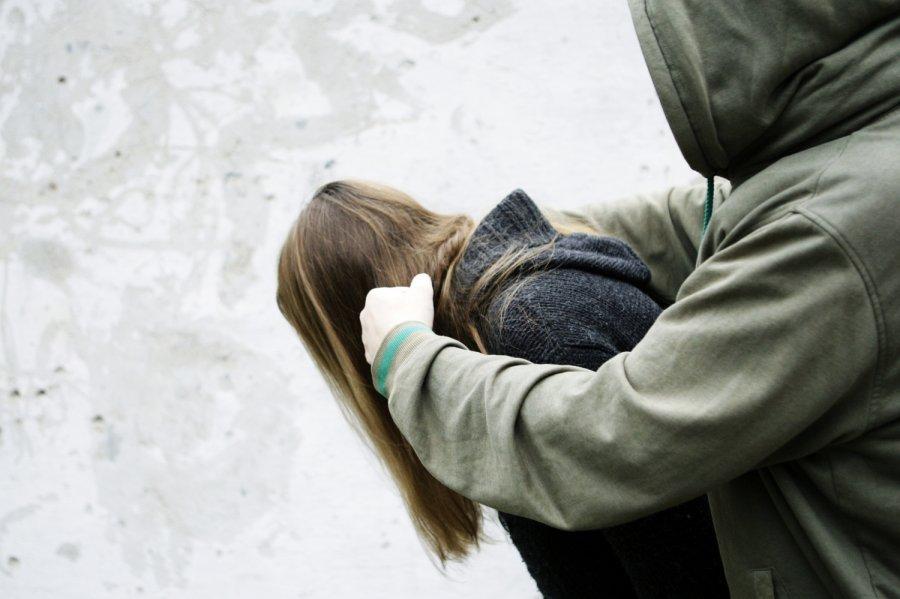 """""""По черзі мучили бідолашну"""": На Закарпатті 5 нелюдів жорстоко згвалтували 15-річну дівчину"""