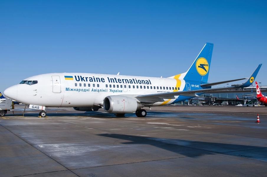 10 годин просиділи без води і їжі: Більше сотні українців не випускали з літака