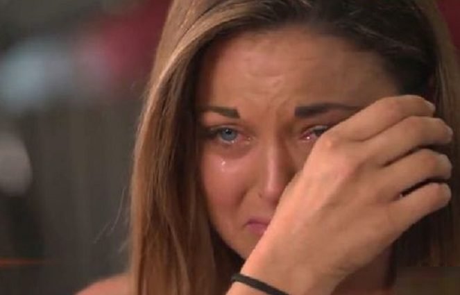 """""""У 16 років моя мати підклала мене жирному збоченцю, а сама …"""": Страшна історія дівчини просто приголомшила поліцейських"""