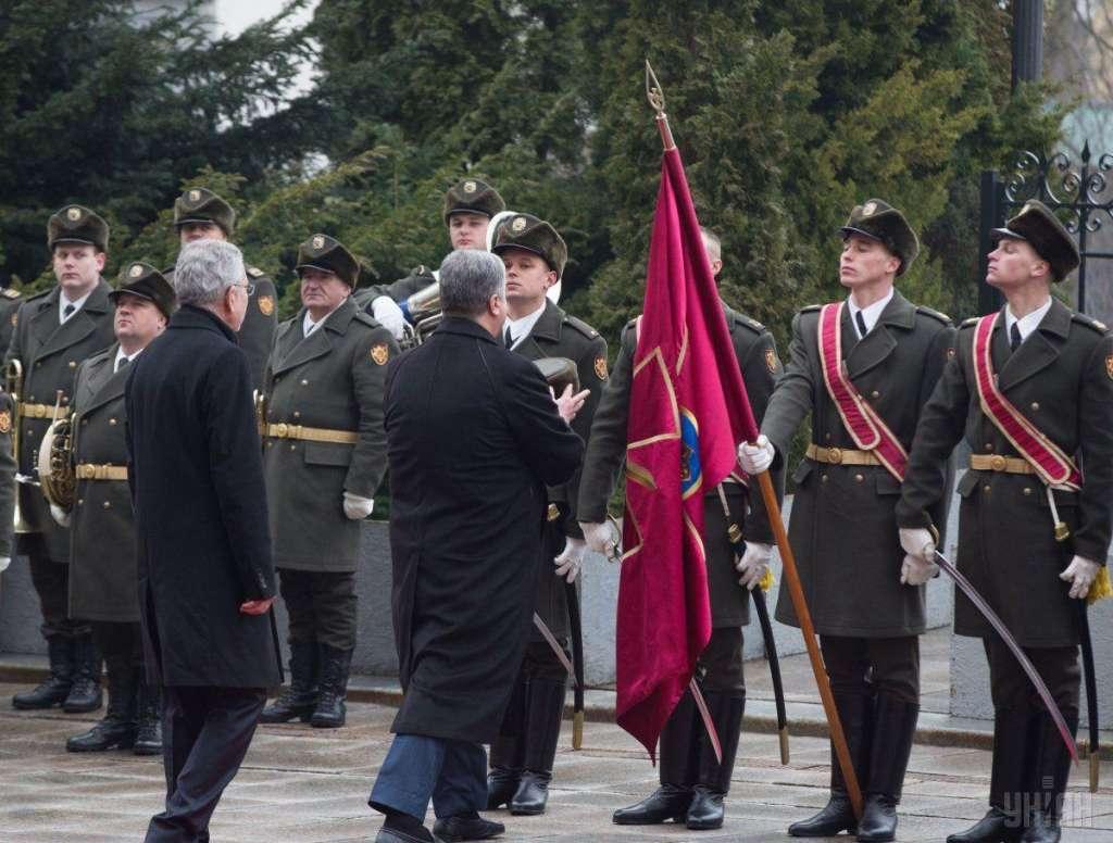 """""""Я не міг там рухатися…"""" :Солдат почесної варти зізнався про те, як Порошенко вдягнув йому шапку"""