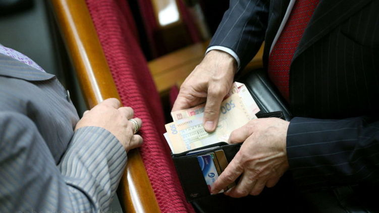 """Привалило на карточку куча бабла…"": Нардепи на руки отримуватимуть 30 тисяч гривень"