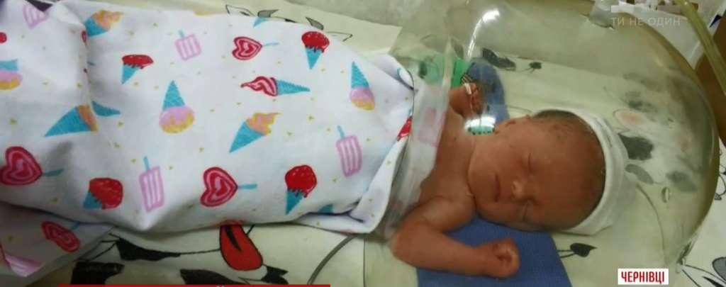 Вже 6-ста смерть за місяць: Дівчинка померла на другий день після народження, батьки звинувачуюють лікарів (ВІДЕО)