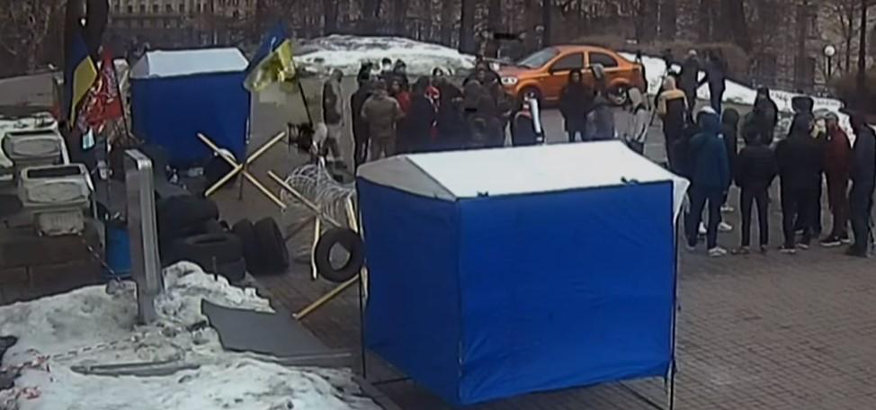 """""""Принесли із собою колючий дріт і шини, поставили намети"""": В Київі триває блокада популярного телеканалу"""