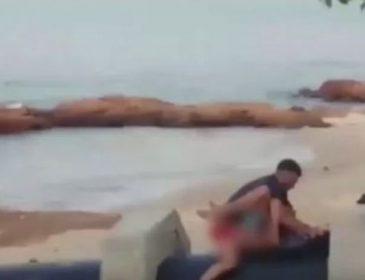 """""""Тривав не більше трьох хвилин, а потім їх прогнали криками"""": Пристрасна парочка піддалась пориву прямо на пляжі"""