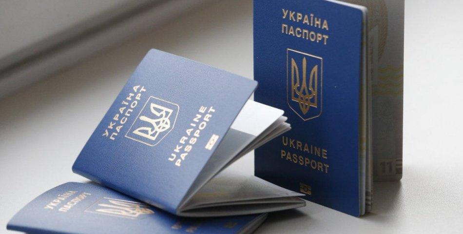 """""""Черга в півмільйона"""": Українці не можуть отримати свої закордонні паспорти. Що робити тим, кому своєчасно не видали документ"""