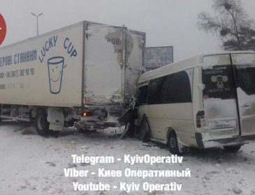 Автобус зіткнувся з вантажівкою: Є постраждалі